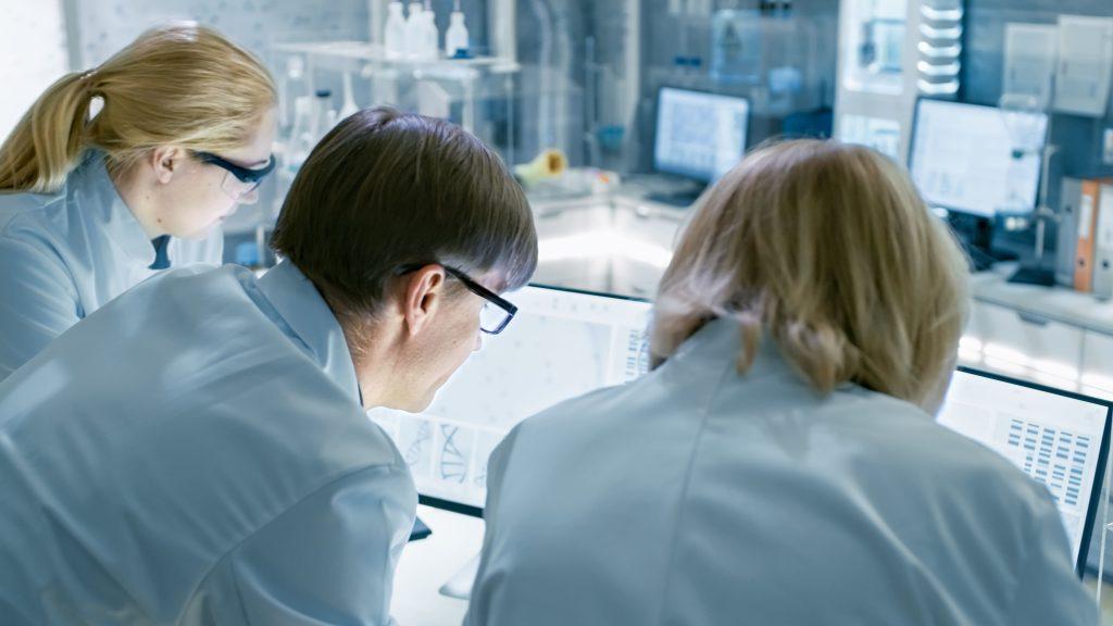 Forscherteam vor Bildschirmen