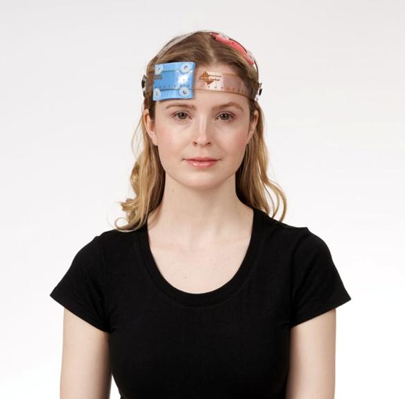 Frau mit tDCS-Schwammelektroden am Kopf